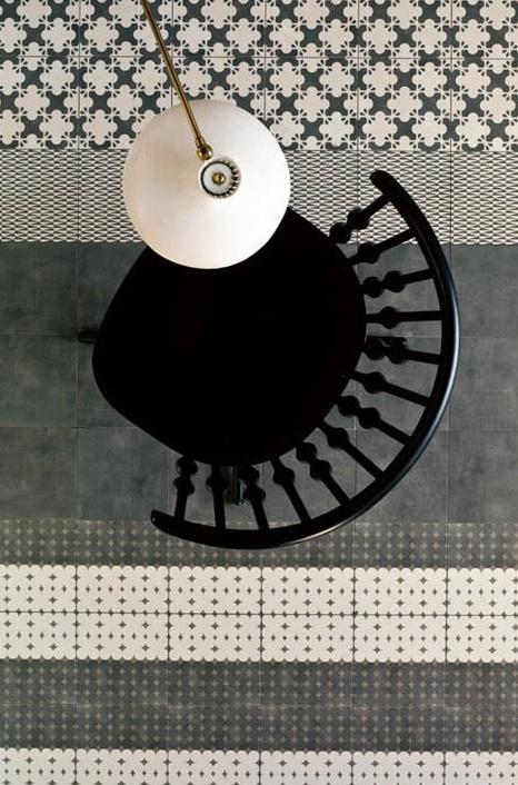 połączone różne wzory i faktury płytek podłogowych