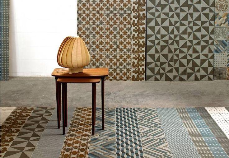 ciekawe połączenie płytki ściennych i podłogowych o różnym wzorze