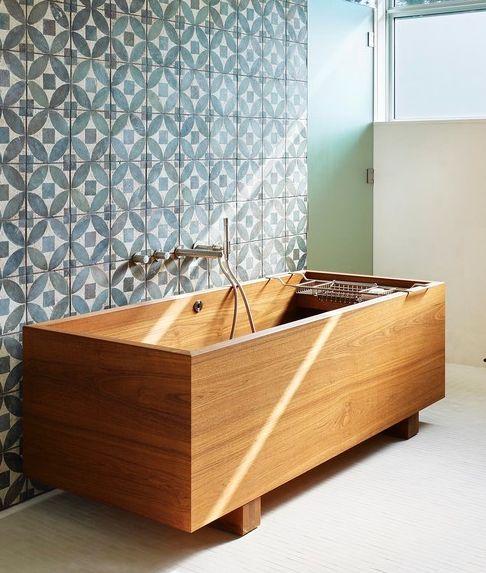 drewniana wanna na tle oryginalnych płytek łazienkowych