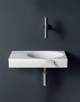 marmurowa płytka umywalka na tle grafitowej ściany z minimalistyczną baterią podtynkową