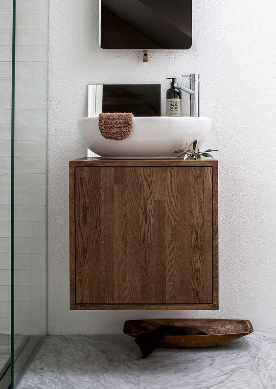 mała umywalka na małej drewnianej szafeczce
