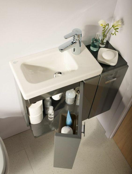 mała podłużna umywalka z dobrze zagospodarowaną szafką