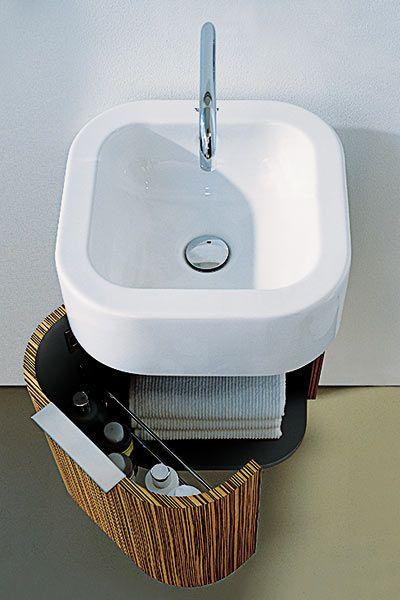 mała umywalka z dobrze zagospodarowaną szafeczką