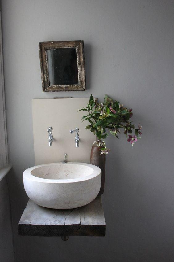 łazienka z rustykalna umywalka bateriami w ścianie i lustrze w ramie