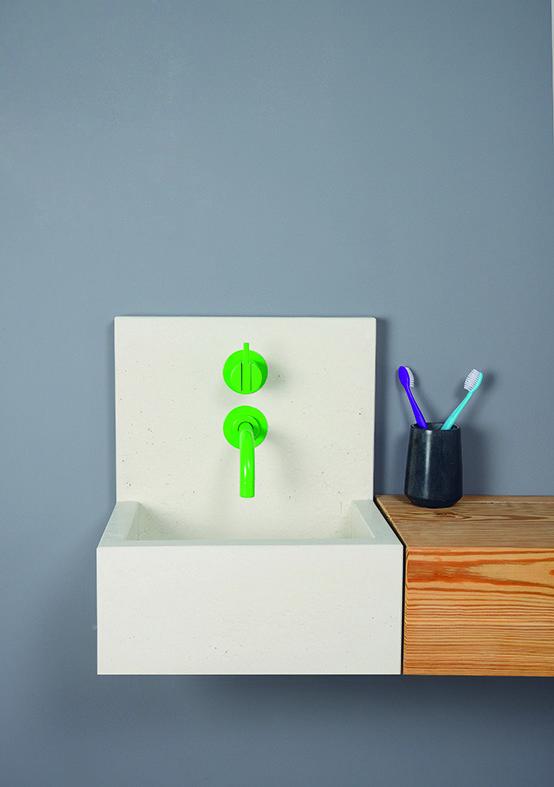 mała kwadratowa umywalka z jasno zieloną baterią