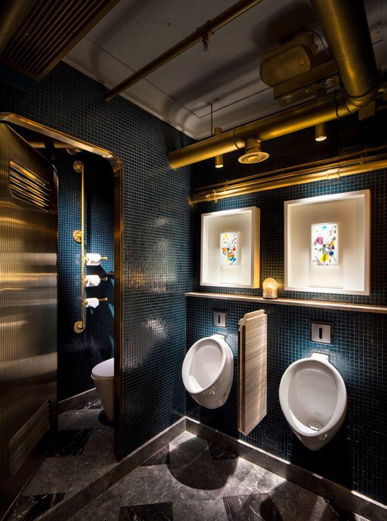 piękna czarno złota łazienka w restauracji