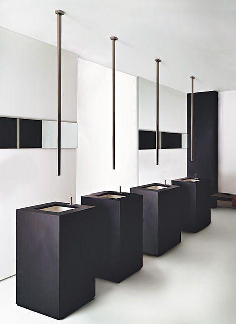 minimalistyczna łazienka z bateriami zamontowanymi w suficie