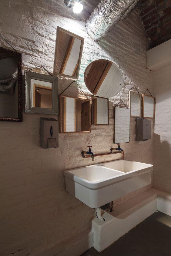łazienka w piwnicy z kompozycją licznych luster w ramach