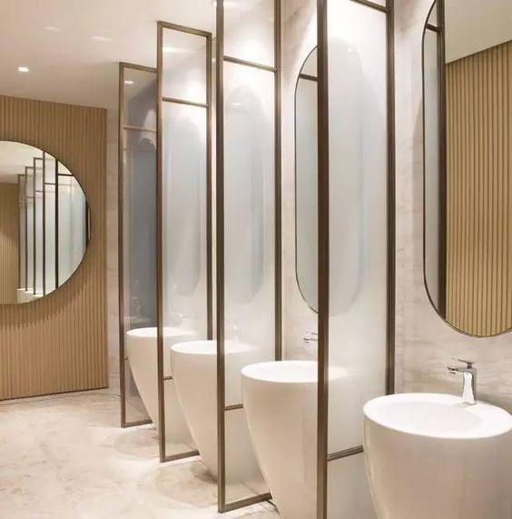 oryginalna łazienka z wydzielonymi i przedzielonymi stanowiskami umywalkowymi