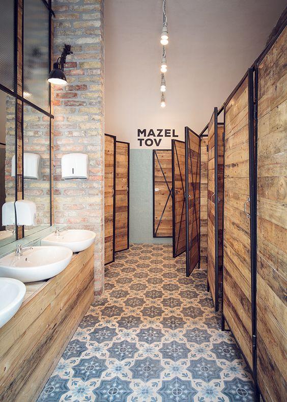 drewniane kabiny w łazience