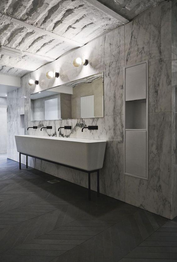 elegancka łazienka w marmurach z długą umywalką na wszystkie stanowiska