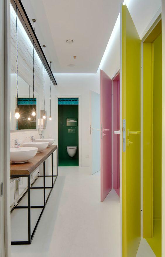 łazienka z kabinami każda w innym kolorze