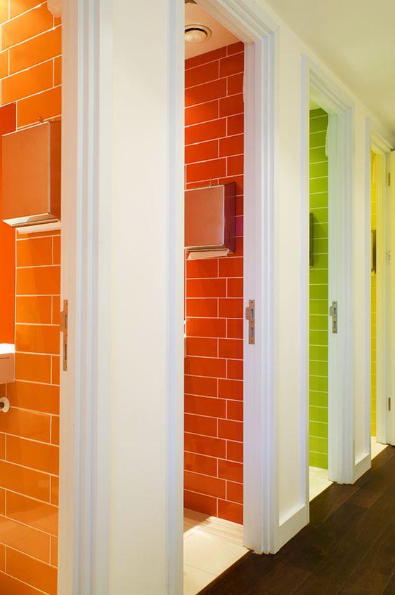 łazienka z kolorowymi płytkami w kabinach