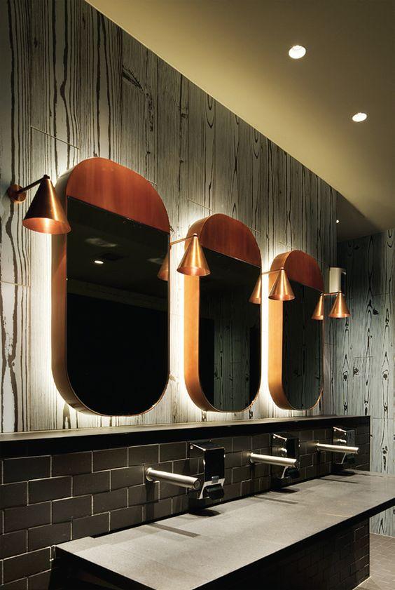 łazienka z miedzianymi elementami w postaci luster