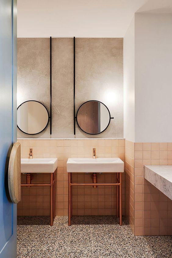 Minimalistyczna acz elegancka łazienka w restauracji