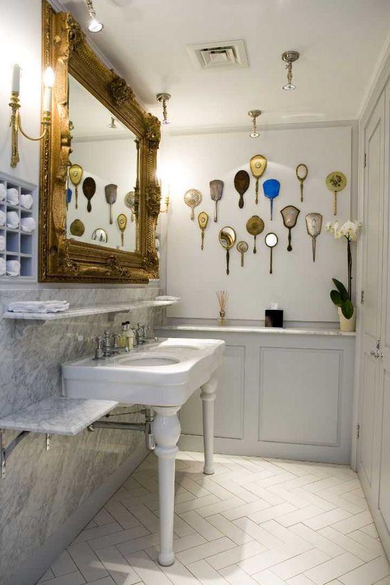 romantyczna łazienka pełna lusterek