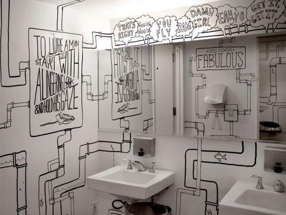 łazienka w restauracji udekorowana rysunkami na ścianach
