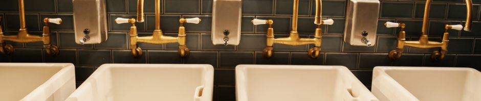 piękna łazienka z elementami złota