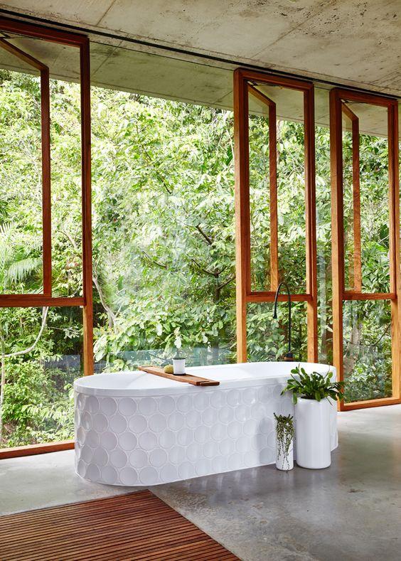 wanna wolnostojąca obudowana kaflami w kształcie kół pozwala zażywać kąpieli i integrację z naturą