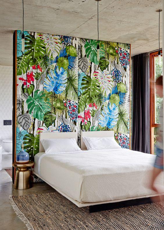 sypialnia otoczona łazienką i gęstym nierzeczywistym lasem fototapety