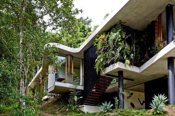 budynek integrowany z krajobrazem w surowej oprawie ścian