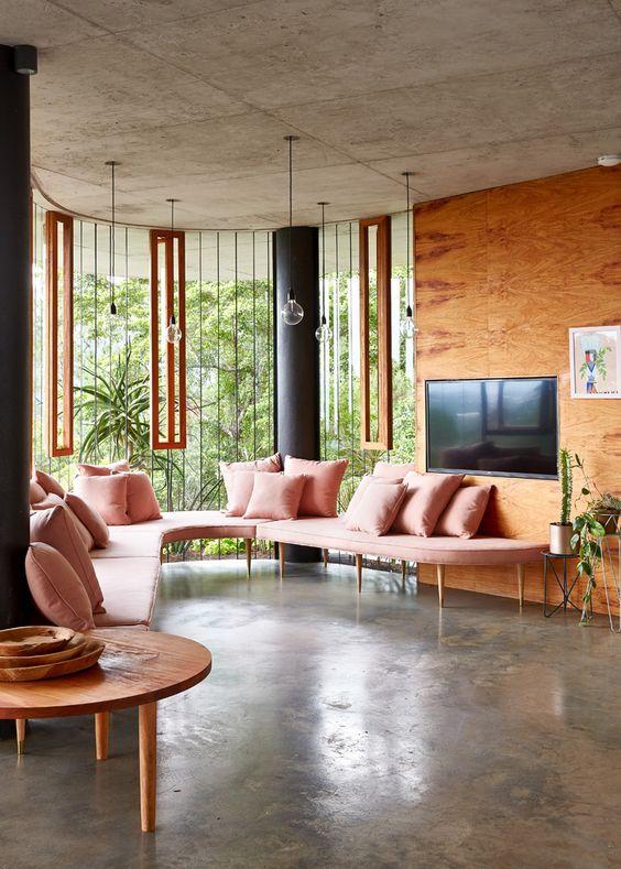 meble jak i wykończenia przeszkleń jednakowym drewnem daje efekt lekkości i przestrzeni