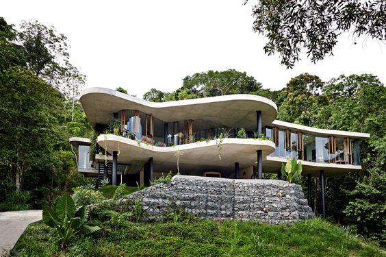 oryginalny dom w zatopiony w zieleni