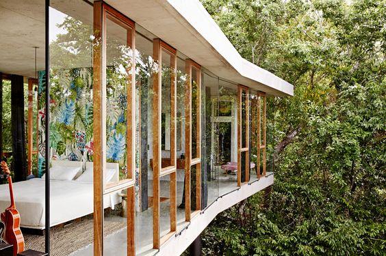 okna na całej długości ściany od podłogi po sufit pozwalają na dostęp dużej ilości światła naturalnego i kontaktu z naturą