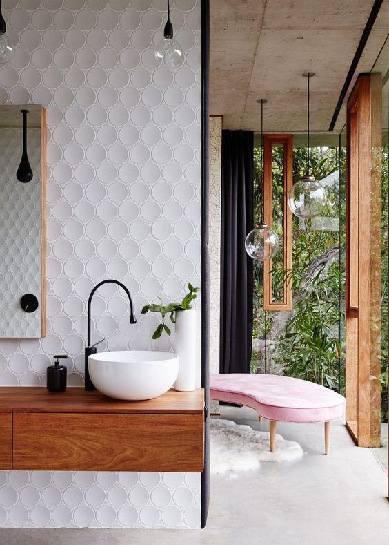 białe okrągłe kafle na ścianie idealnie połączone z bateriami w kształcie kaszli