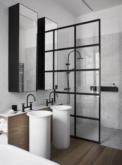 kabina prysznicowa ze ścianką podzieloną w kratkę w nowoczesnej łazience z duża ilością czarnych elementów