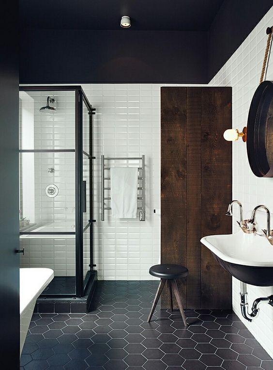 Kabina prysznicowa, ścianka i drzwi w czarnej ramie z podziałek szprosami.
