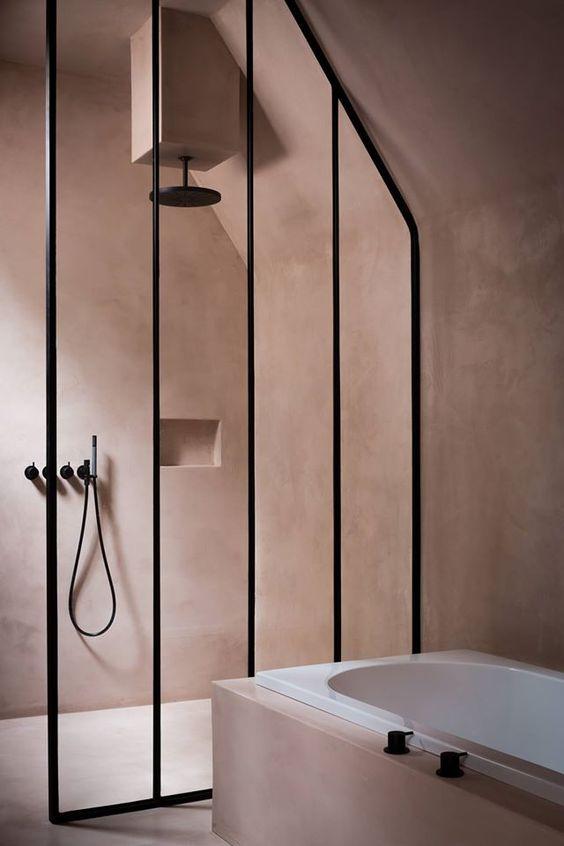 kabina prysznicowa ze ścianką prysznicową w pionowych wąskich podziałach dzięki czarnym profilom, czarną wylewką prysznicową i deszczownicą