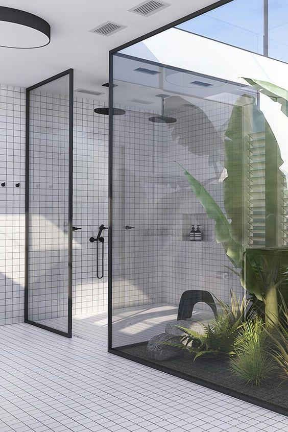 kabina prysznicowa walk-in ze ścianami w czarnych ramach z poddymioną szybą uzupełniona czarnymi detalami baterii, wylewek czy deszczownic