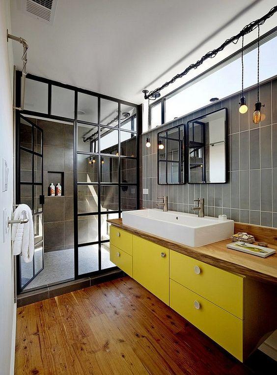 Duża kabina prysznicowa oddzielona od reszty łazienki drzwiami na zawiasach podzielonymi szprosami na małe elementy