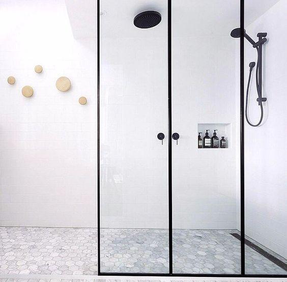 kabina prysznicowa walk-in i pionowy podział na trzy części czarnymi profilami