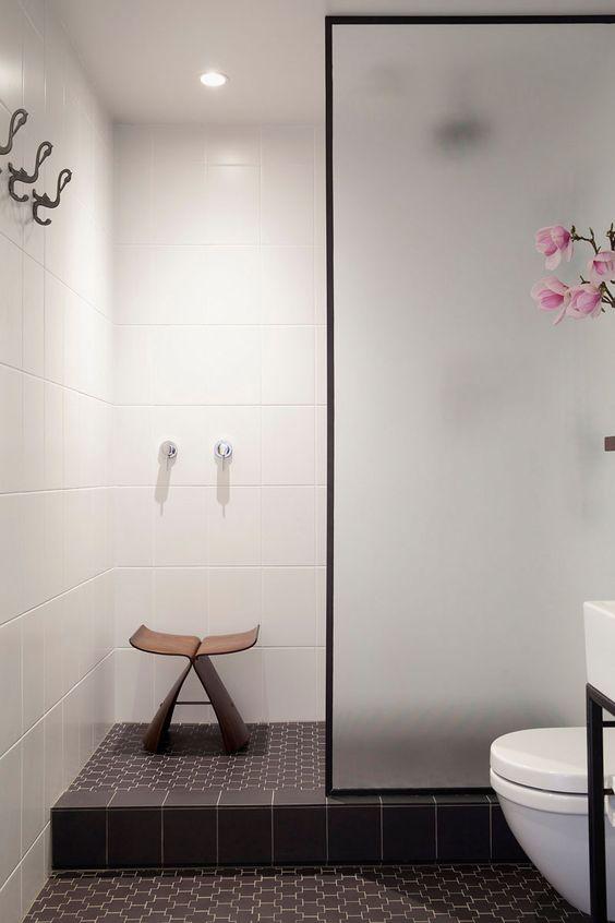 kabina prysznicowa w japońskim stylu walk-in z satynową ścianką w czarnej ramie