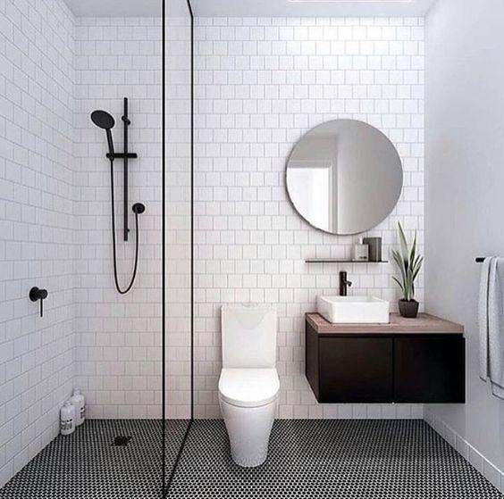 Biała minimalistyczna kabina prysznicowa walk-in z czarną ramą. Stylizacja uzupełniona czarną wylewką prysznicową