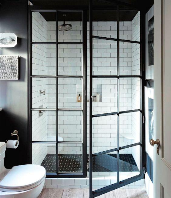 Kabina prysznicowa gdzie Ścianka i drzwi na zawiasach, podział w kratkę szprosami, które naklejone są z jednej strony szyby