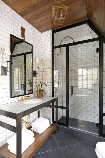 kabina prysznicowa z grubą ramą pasuje do pozostałych czarnych, stalowych elementów w tej łazience