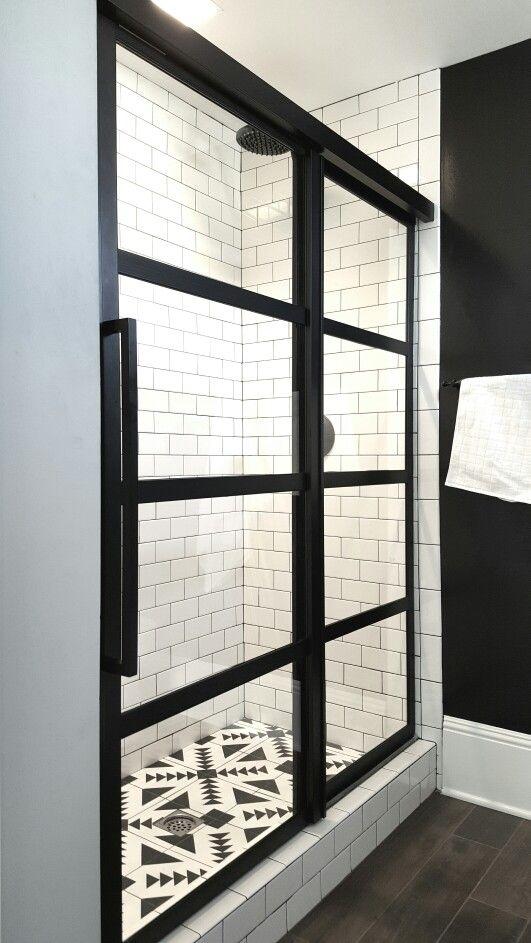 kabina prysznicowa z przesuwnymi drzwiami, poziome czarne podziały