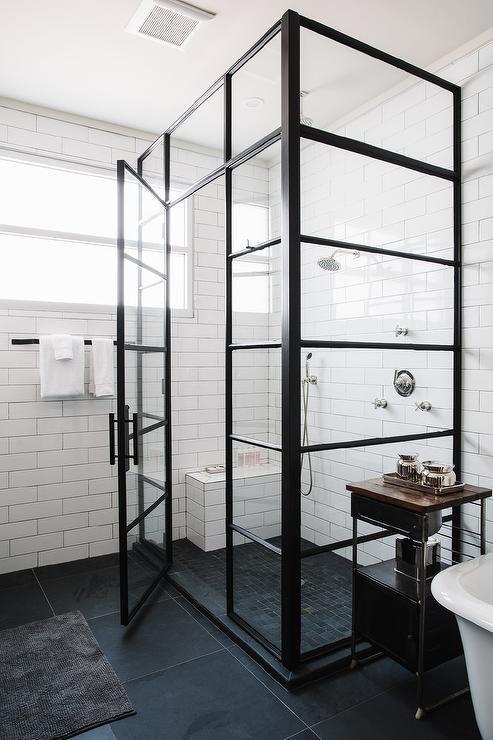 zamknięta kabina prysznicowa i podział szyby na poziome części wykończone czarną ramą