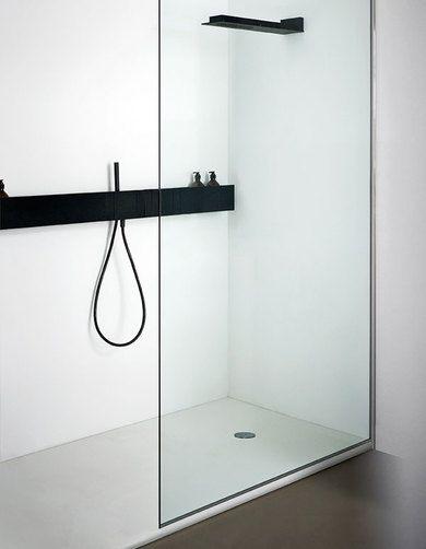 minimalistyczna łazienka, minimalistyczna kabina prysznicowa walk-in z czarnymi bateriami, wylewka i deszczownicą