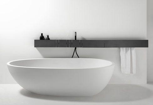 minimalistyczna łazienka z białą nowoczesną wolnostojącą waną czarną półką