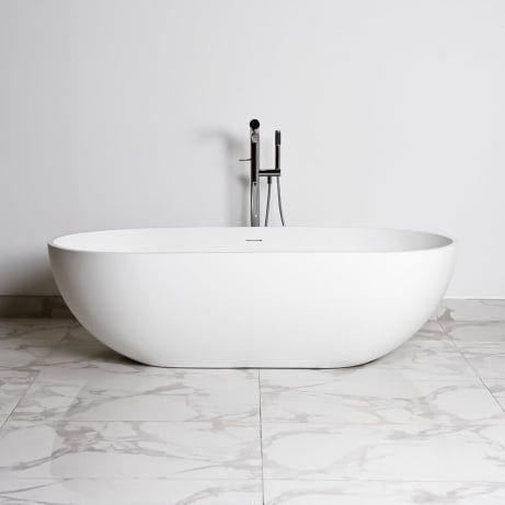 minimalisyczna łazienka z sanitariatem firmy Lusso Stone