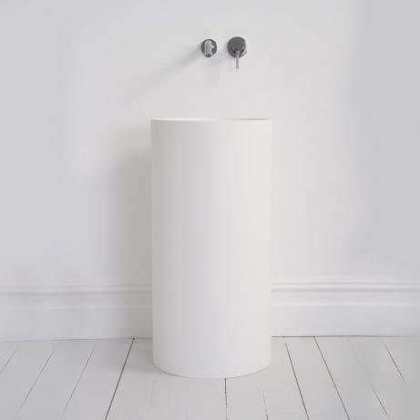 minimalistyczna łazienka z umywalką w kształcie walca z podtynkową baterią łazienkową
