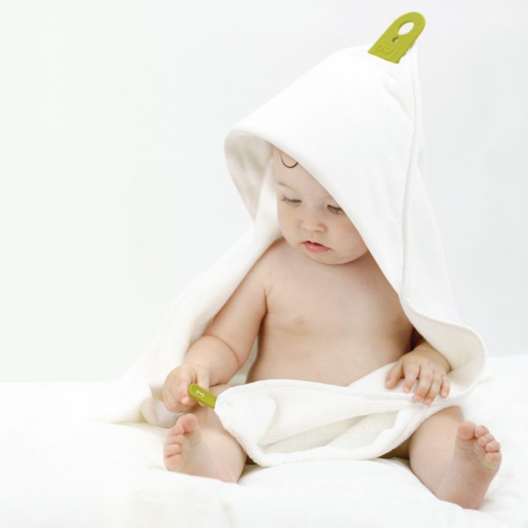 akcesoria łazienkowe niemowlę w białym ręczniku kąpielowym z kapturkiem