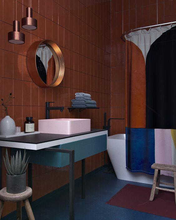 łazienka eklektyczna z przeważającym trendem modernistycznym i okrągłe lustro w miedzianej ramie