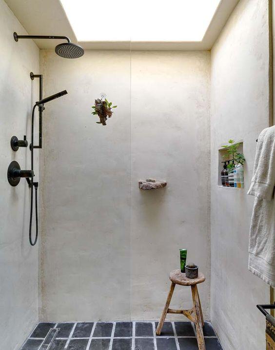 świetlik w rustykalnej łazience tuż nad prysznicem