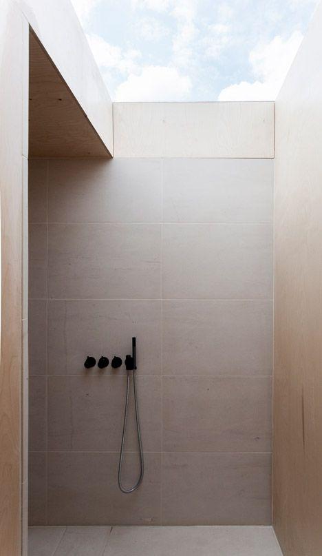ascetyczna łazienka i ascetyczny, jednak duży, świetlik