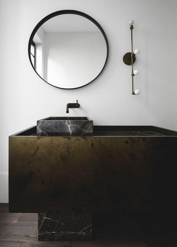 czarna głęboka rama świetnie uzupełnia kamienną szafkę i umywalkę